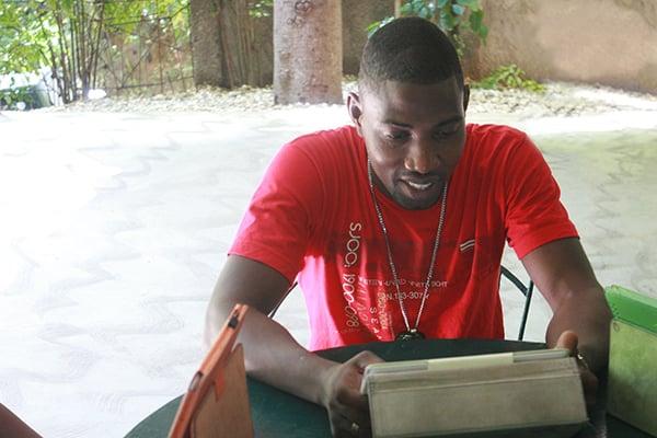 Zoukoutap actor using tablet